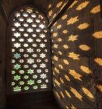 Το Qutb Minar, γλυπτικές στον ψαμμίτη ενός παραθύρου δίνει μια ομιλία στοκ εικόνες με δικαίωμα ελεύθερης χρήσης
