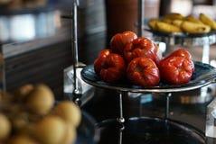 Το RAD αυξήθηκε μήλο στο πιάτο Στοκ Εικόνα