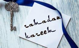 Το Ramadan kareem που γράφει για τις κάρτες, χειρόγραφες σε ένα μπλε υπόβαθρο, μπορεί να χρησιμοποιηθεί για τις αγγελίες, κάρτες Στοκ εικόνες με δικαίωμα ελεύθερης χρήσης