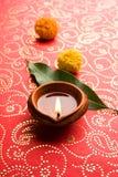 Το rangoli λουλουδιών για Diwali ή pongal ή onam καμένος χρησιμοποιώντας marigold ή zendu τα λουλούδια και κόκκινος αυξήθηκε πέτα Στοκ Εικόνες