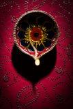 Το rangoli λουλουδιών για Diwali ή pongal ή onam καμένος χρησιμοποιώντας marigold ή zendu τα λουλούδια και κόκκινος αυξήθηκε πέτα Στοκ φωτογραφία με δικαίωμα ελεύθερης χρήσης