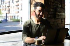 Το Realtor αγόρασε το νέο lap-top και το χτυπώντας πληκτρολόγιο Στοκ Φωτογραφίες