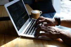 Το Realtor αγόρασε το νέο lap-top και το χτυπώντας πληκτρολόγιο Στοκ εικόνες με δικαίωμα ελεύθερης χρήσης