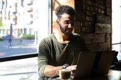 Το Realtor αγόρασε το νέο lap-top και το χτυπώντας πληκτρολόγιο Στοκ φωτογραφία με δικαίωμα ελεύθερης χρήσης