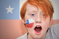 Το Redhead αγόρι ανεμιστήρων με την της Χιλής σημαία χρωμάτισε στο πρόσωπό του Στοκ Φωτογραφίες