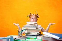 Το Redhead κορίτσι εφήβων με το μέρος των βιβλίων στο σπίτι όμορφες νεολαίες γυναικών στούντιο ζευγών χορεύοντας καλυμμένες Στοκ Εικόνες