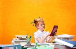 Το Redhead κορίτσι εφήβων με το μέρος των βιβλίων στο σπίτι όμορφες νεολαίες γυναικών στούντιο ζευγών χορεύοντας καλυμμένες Στοκ Εικόνα