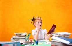 Το Redhead κορίτσι εφήβων με το μέρος των βιβλίων στο σπίτι όμορφες νεολαίες γυναικών στούντιο ζευγών χορεύοντας καλυμμένες Στοκ Φωτογραφίες