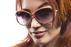 Το redhead κορίτσι στον τύπο 11 γυαλιών ηλίου Στοκ εικόνες με δικαίωμα ελεύθερης χρήσης
