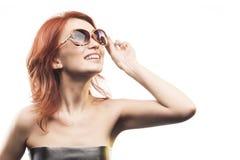 Το redhead κορίτσι στον τύπο 11 γυαλιών ηλίου Στοκ Φωτογραφίες