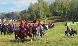 Το Reenactors έντυσε δεδομένου ότι οι ναπολεόντειοι πολεμικοί στρατιώτες οδηγούν τα άλογα Στοκ Εικόνες