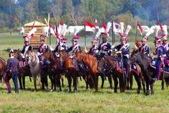 Το Reenactors έντυσε δεδομένου ότι οι ναπολεόντειοι πολεμικοί στρατιώτες οδηγούν τα άλογα Στοκ Φωτογραφίες