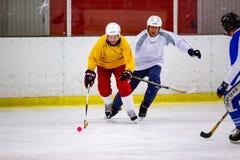 Το Rinkball είναι ένας αθλητισμός παρόμοιος με το χόκεϋ πάγου - ΚΥΡΙΟ ΆΡΘΡΟ στοκ φωτογραφίες με δικαίωμα ελεύθερης χρήσης
