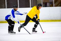 Το Rinkball είναι ένας αθλητισμός παρόμοιος με το χόκεϋ πάγου - ΚΥΡΙΟ ΆΡΘΡΟ στοκ εικόνες