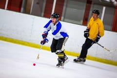 Το Rinkball είναι ένας αθλητισμός παρόμοιος με το χόκεϋ πάγου - ΚΥΡΙΟ ΆΡΘΡΟ στοκ εικόνα