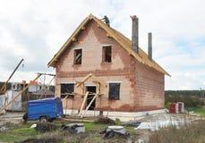 Το Roofer στη στέγη και βάζει τα βότσαλα υλικού κατασκευής σκεπής ασφάλτου Σπίτι κατασκευής υλικού κατασκευής σκεπής Χτίζοντας ερ Στοκ Φωτογραφίες