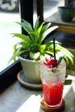 Το Roselle πάγωσε το τσάι Mocktail με το λεμόνι ή Hibiscus το τσάι sabdariffa είναι ένα βοτανικό τσάι Στοκ Φωτογραφία