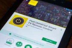 Το Ryazan, Ρωσία - 21 Μαρτίου 2018 - ξεφλουδίζει τον καθολικό έξυπνο τηλεχειρισμό app TV σχετικά με την επίδειξη του PC ταμπλετών Στοκ Φωτογραφίες