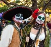 Το SAN ANTONIO, ΤΕΞΑΣ - 28 Οκτωβρίου 2017 - ζεύγος φορά τα κοστούμια και τα χρωματισμένα κρανίο πρόσωπα ζάχαρης για Dia de Los Mu στοκ εικόνα με δικαίωμα ελεύθερης χρήσης