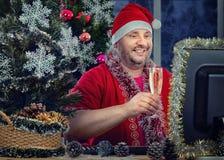 Το Santa λαμβάνει τα μηνύματα χαιρετισμών Χριστουγέννων on-line Στοκ εικόνα με δικαίωμα ελεύθερης χρήσης