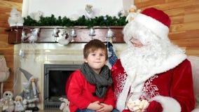 Το santa αφήγησης παιδάκι τα Χριστούγεννά του επιθυμεί, δωμάτιο με την εστία, κατοικία Άγιου Βασίλη επίσκεψης αγοριών απόθεμα βίντεο