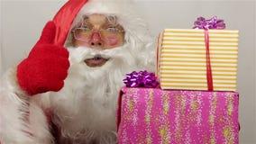 Το Santa θαυμάζει των δώρων απόθεμα βίντεο