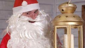 Το Santa κρατά ένα χρυσό φανάρι Χριστουγέννων Στοκ φωτογραφίες με δικαίωμα ελεύθερης χρήσης