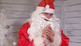 Το Santa κρατά ένα χρυσό φανάρι Χριστουγέννων Στοκ φωτογραφία με δικαίωμα ελεύθερης χρήσης