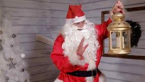 Το Santa κρατά ένα χρυσό φανάρι Χριστουγέννων Στοκ εικόνα με δικαίωμα ελεύθερης χρήσης