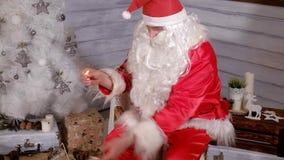 Το Santa κρατά ένα χρυσό φανάρι Χριστουγέννων Στοκ Φωτογραφίες