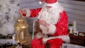 Το Santa κρατά ένα χρυσό φανάρι Χριστουγέννων Στοκ Εικόνα