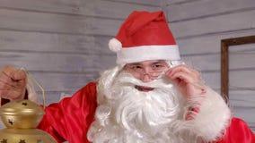 Το Santa κρατά ένα χρυσό φανάρι Χριστουγέννων Στοκ Φωτογραφία