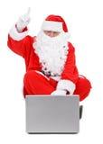 το santa lap-top Claus εξέπληξε το λευκό Στοκ Εικόνες