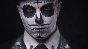 Το Santa Muerte καρναβάλι, ένα άτομο στο κοστούμι ανυψώνει το κεφάλι του επάνω, χρώμα προσώπου φιλμ μικρού μήκους