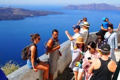 Το Santorini, Ελλάδα, στις 24 Σεπτεμβρίου 2018, τουρίστες από απολαμβάνει σε όλο τον κόσμο το Caldera πανόραμα στοκ φωτογραφίες