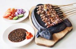 Το Satay είναι χαρακτηριστικά ινδονησιακά τρόφιμα στοκ εικόνες