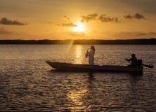 Το saxophone παιχνιδιού ατόμων σε μια βάρκα που πλέει στα νερά Praia κάνει την παραλία Jacaré Στοκ φωτογραφίες με δικαίωμα ελεύθερης χρήσης