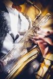 Το saxophonist παίζει εκφραστικά το χρυσό saxophone σε ένα conce στοκ φωτογραφία με δικαίωμα ελεύθερης χρήσης