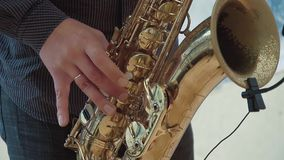 Το Saxophonist παίζει το saxophone κίνηση αργή απόθεμα βίντεο