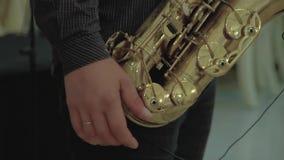 Το Saxophonist παίζει το saxophone κίνηση αργή φιλμ μικρού μήκους