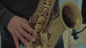 Το Saxophonist παίζει το saxophone κλείστε επάνω απόθεμα βίντεο