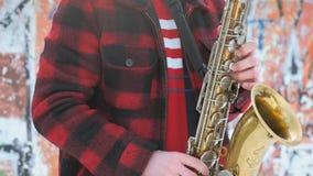 Το Saxophonist παίζει το saxophone, το χειμώνα φιλμ μικρού μήκους