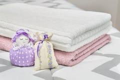 Το Scented σακούλι σακουλών και lavender λογαριάζει και χαρακτήρας που αντιπροσωπεύει ένα κορίτσι ή μια γυναίκα Ξηρό lavender στι Στοκ φωτογραφίες με δικαίωμα ελεύθερης χρήσης