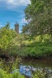 Το Scotlands σταθμεύει την αρχαία πρασινάδα Lucious καταστροφών και έναν ευγενή ρέοντας ποταμό με τις αντανακλάσεις στο νερό στοκ φωτογραφία
