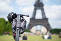 Το Segway στάθμευσε στο μέτωπο τον πύργο του Άιφελ στο Παρίσι Στοκ Φωτογραφία