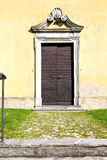 Το seprio arsago χλόης αφαιρεί μια πόρτα κλειστή εκκλησία ξύλινη Ιταλία Στοκ εικόνες με δικαίωμα ελεύθερης χρήσης