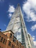 Το Shard, Λονδίνο, σύγχρονος ουρανοξύστης αντιπαρέβαλε με παραδοσιακό Στοκ Εικόνες