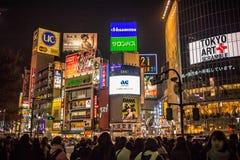 Το Shibuya που διασχίζει την μεγαλύτερη μέρος της μάζας των ανθρώπων διασχίζει το βόμβο οδών πολύ, εσπευσμένη περιοχή στοκ φωτογραφία