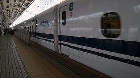 Το Shinkansen (τραίνο σφαιρών) φθάνει σταθμός αντικνήμιο-Οζάκα απόθεμα βίντεο