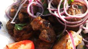 Το shish kebab είναι τηγανισμένο σε έναν ορειχαλκουργό Προετοιμασία ενός shish kebab Σχάρα, οβελίδια στοκ φωτογραφίες